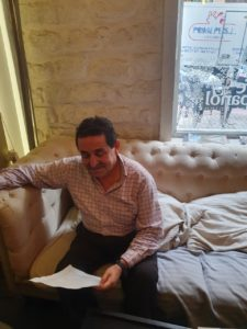 Manuel Mestre leyendo un papel / Alex Ferrer