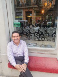 """Manuel Mestre, sentado sonriente en la puerta de """"Café Español"""" / Alex Ferrer"""