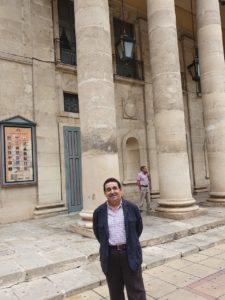 Manuel Mestre en la fachada del Teatro Principal de Alicante / Alex Ferrer