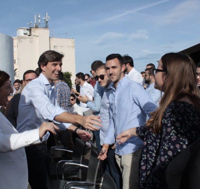 Pablo Montesinos saludando a simpatizantes del PP en su visita alicantina / Pablo Montesinos