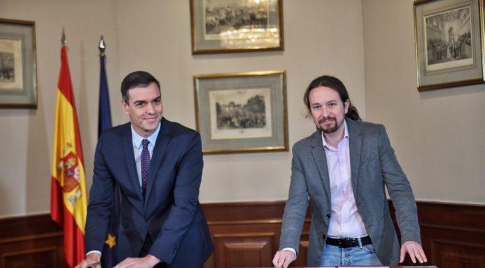 Pedro Sánchez y Pablo Iglesias firmando el preacuerdo de Gobierno entre PSOE y Unidas Podemos / Europa Press