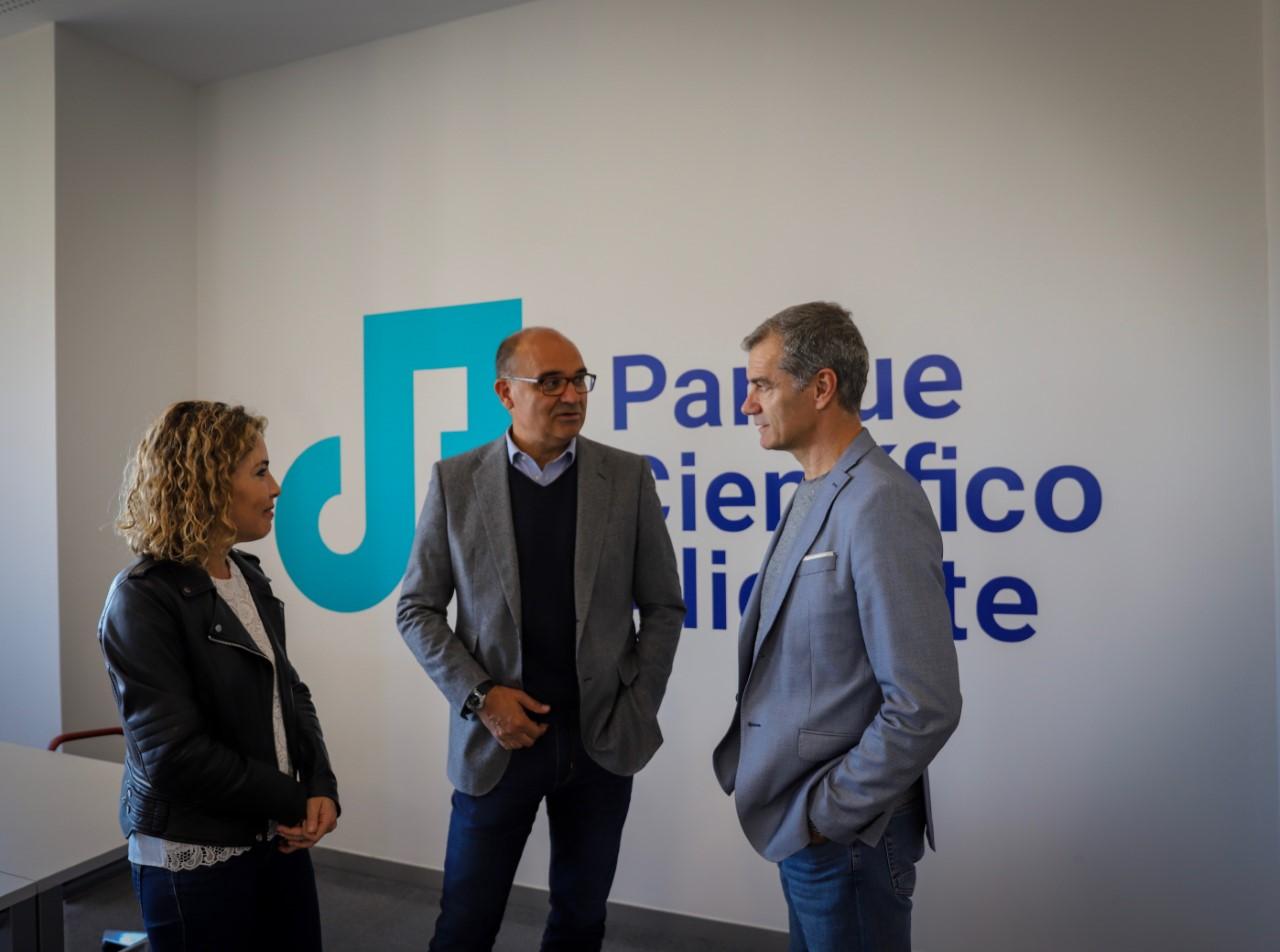 Toni Cantó junto a Marta Martín y Manuel Palomar en su visita al Parque Científico de la UA / Cs Alicante