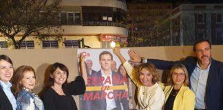 Marta Martín mostrado el cartel de campaña de Cs junto a Mari Carmen Sánchez, Julia Parra y Yaneth Giraldo / Alex Ferrer