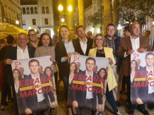 Concejales naranjas del Ayuntamiento de Alicante ( Manresa, Berenguer y Sánchez) y diputadas autonómicas como Giraldo arropando a Marta Martín / Alex Ferrer