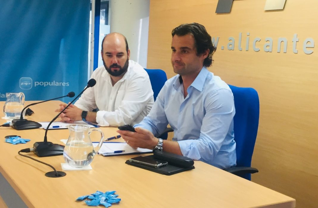 Eduardo Dolón junto a Raúl Dalmau dando la rueda de prensa en la sede del PP Alicante / PP Alicante