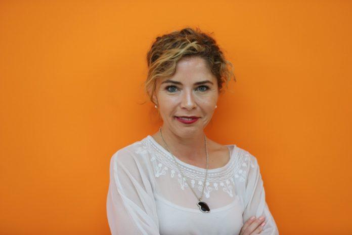 Marta Martín, sonriente en un fondo naranja / Marta Martín