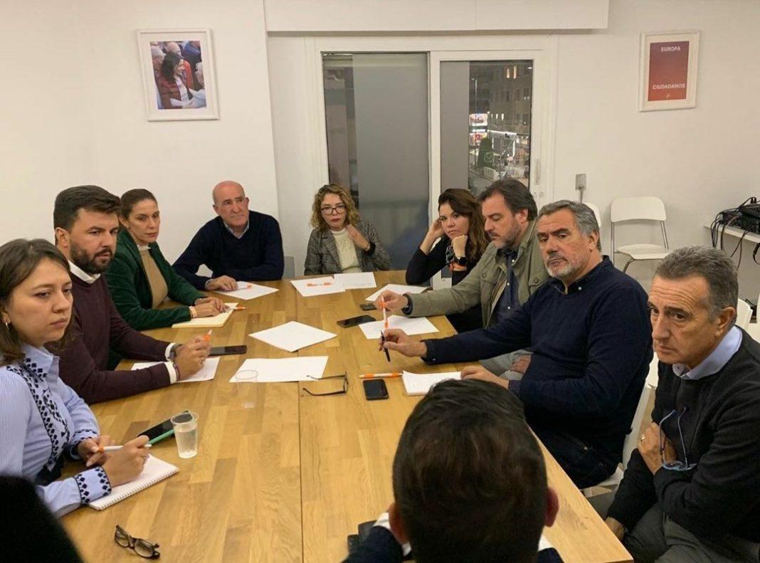 Marta Martín analizando los resultados del 10-N junto a miembros de Cs Alicante / Cs Alicante