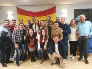 Manuel Mestre, feliz celebrando la gran noche electoral de VOX Alicante junto a diputados autonómicos y ediles del partido / Alex Ferrer