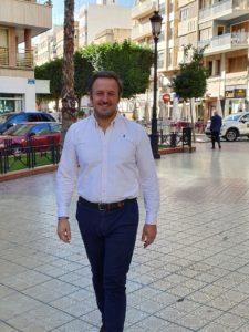 Pablo Ruz andando con paso firme en una calle céntrica de Elche / Alex Ferrer