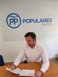 Pablo Ruz leyendo dos documentos en la sede del PP de Elche / Alex Ferrer