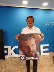 Pablo Ruz mostrando el cartel electoral del PP con el rostro de Pablo Casado / Alex Ferrer