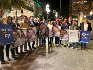 La foto de familia de la pegada de carteles del PP en Alicante / PP Alicante