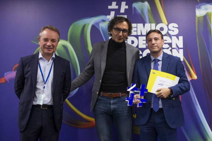 Nicolás Conde portando el trofeo y el diploma de los Premios de la Fundación Mutua Madrileña / Proyecto Hombre