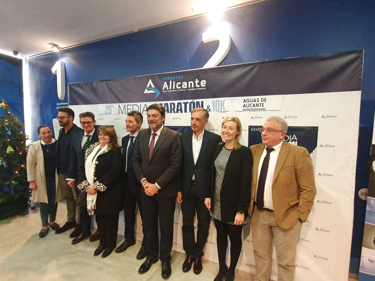 Barcala junto a varios concejales del gobierno municipales y Bartual en la presentación de la Media Maratón de Alicante / Alejandro Ferrer