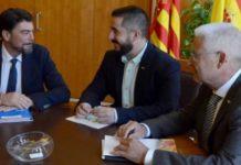 Luis Barcala, Mario Ortolá y Pepe Bonet, reunidos en el despacho del alcalde popular.