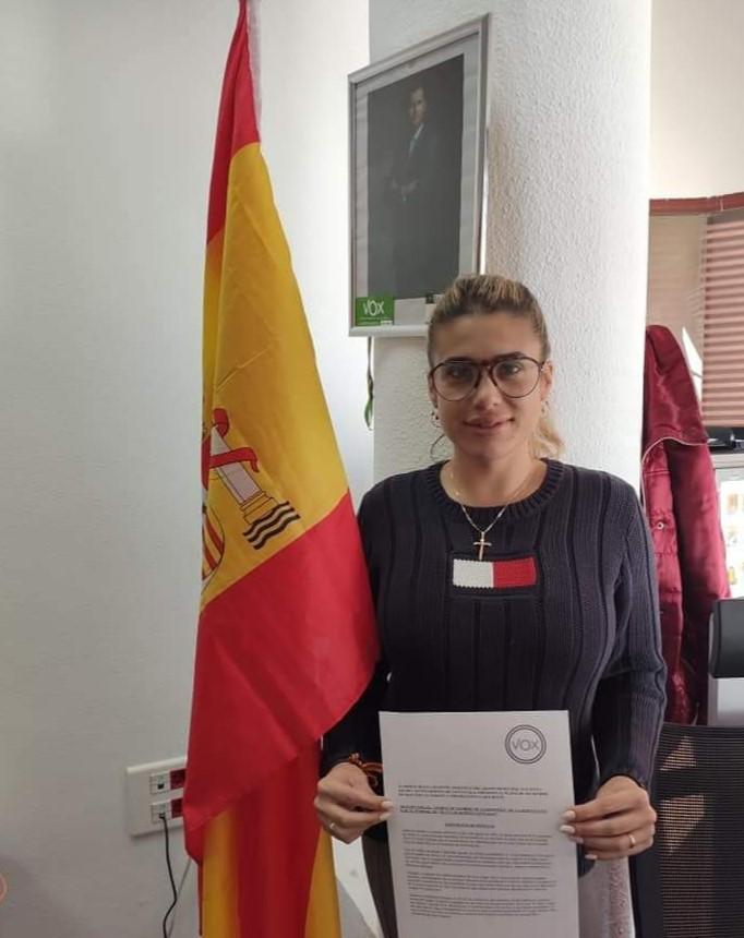 La portavoz de VOX en Santa Pola, Mireia Moya, mostrando la moción del cambio de nombre de la rotonda / VOX Santa Pola