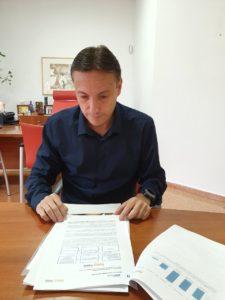 Nicolás Conde observando los datos de la campaña en redes / Alex Ferrer