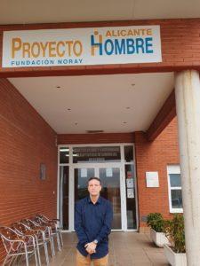 Nicolás Conde en la fachada central de Poryecto Hombre Alicante / Alex Ferrer