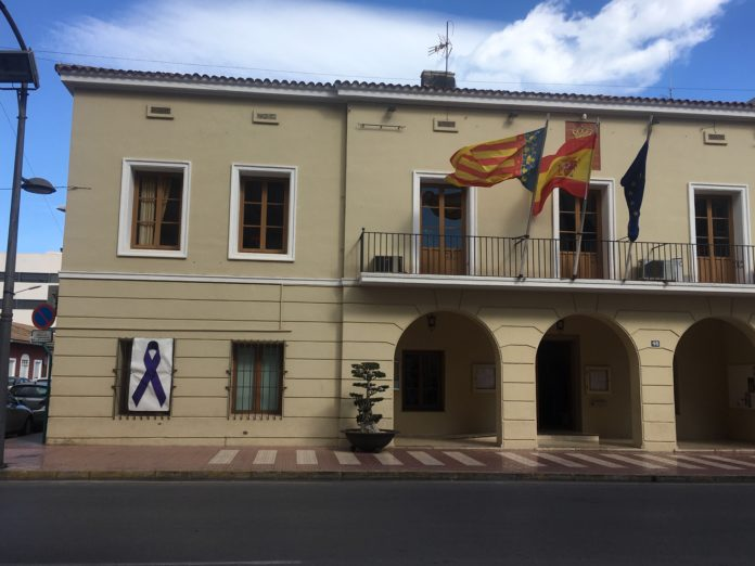 Fachada del Ayuntamiento de Mutxamel con lazo morado