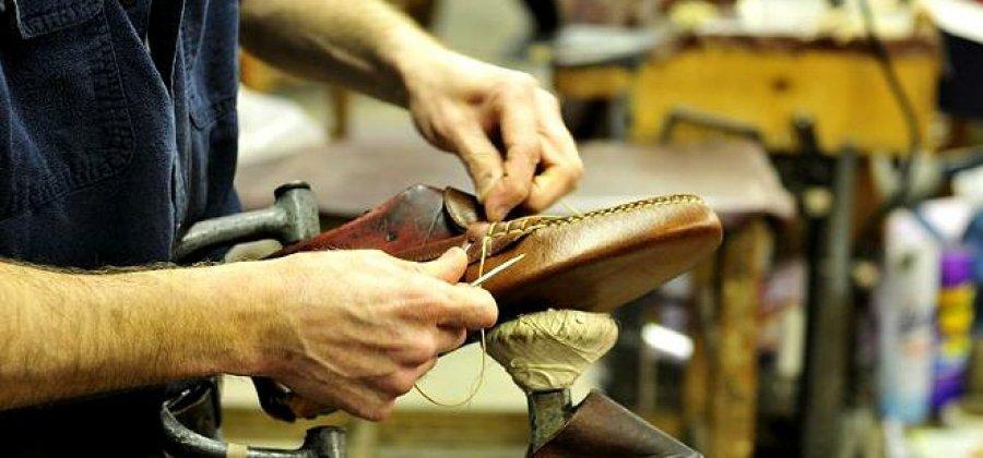 Un persona fabrica un zapato