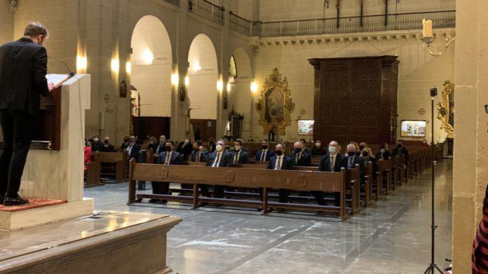 Personas sentadas en una iglesia