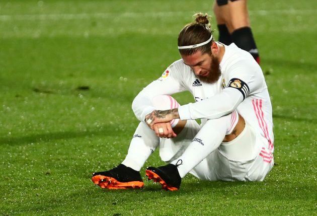 Sergio Ramos sentado en el cesped del campo de fútbol
