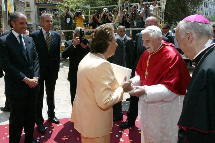 Rita Barbera saluda a Benedicto XVI