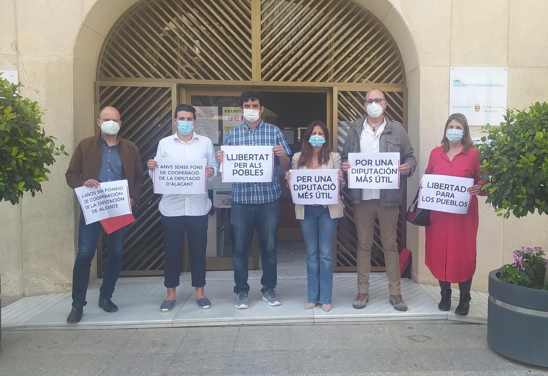 Protesta de PSOE y Compromís contra Mazón, presidente de la Diputación, en Sant Joan (Alicante)