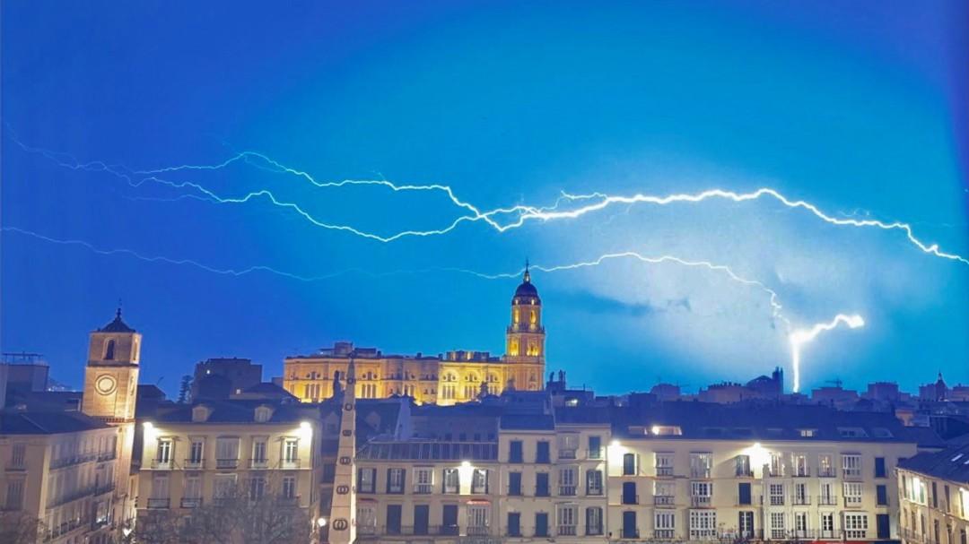 Un rayo durante una noche de tormenta sobre los tejados de Alcoy