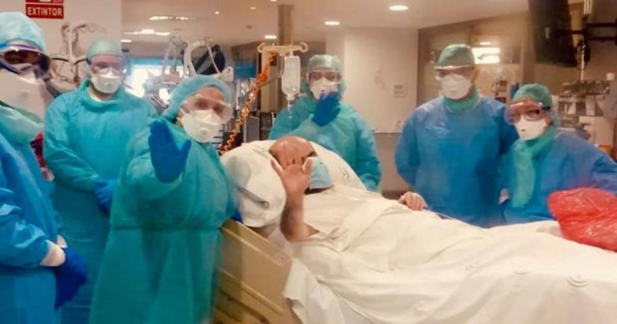 Un hombre en una camilla rodeado de enfermeros con EPIs