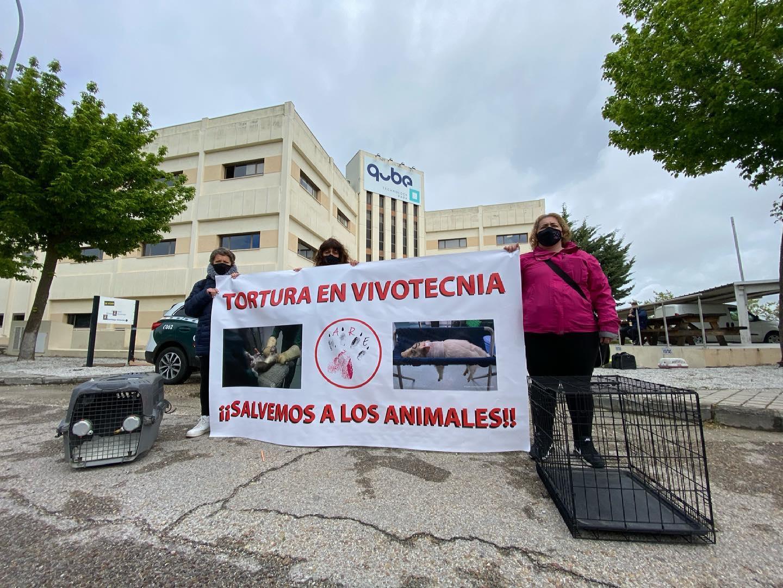 Activistas protestando en el laboratorio de experimentación con animales Vivotecnia