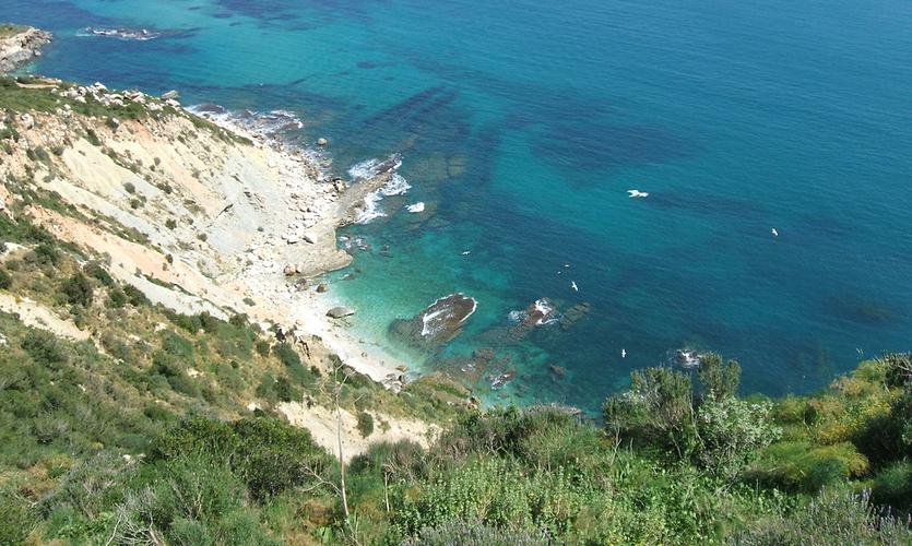 Calpe es una localidad costera de Alicante, conocida por sus impresionantes calas y las vistas panorámicas desde la cima del Peñón.