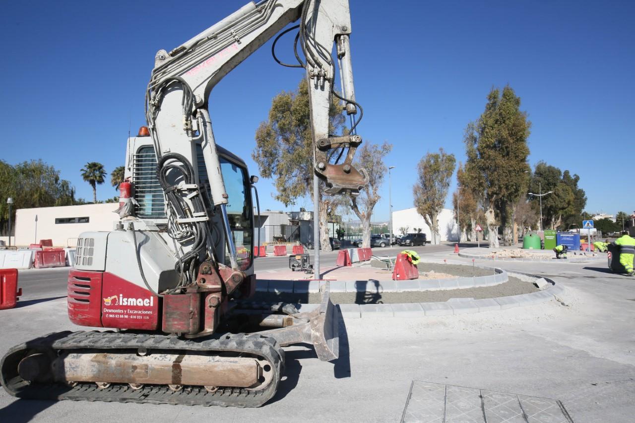 Una excavadora realiza trabajos en carreteras