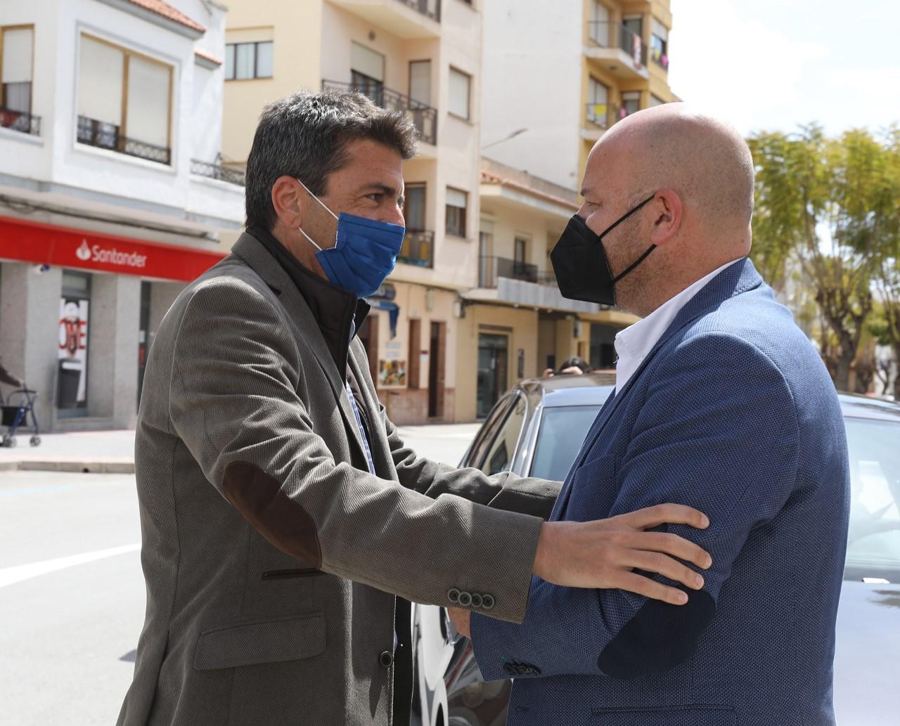 El presidente de la Diputación de Alicante saluda al alcalde de Teulada Moraira