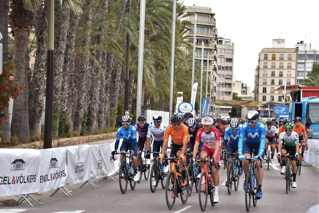 Ciclistas en la salida de la Volta Ciclista a la Comunitat Valenciana en Elche