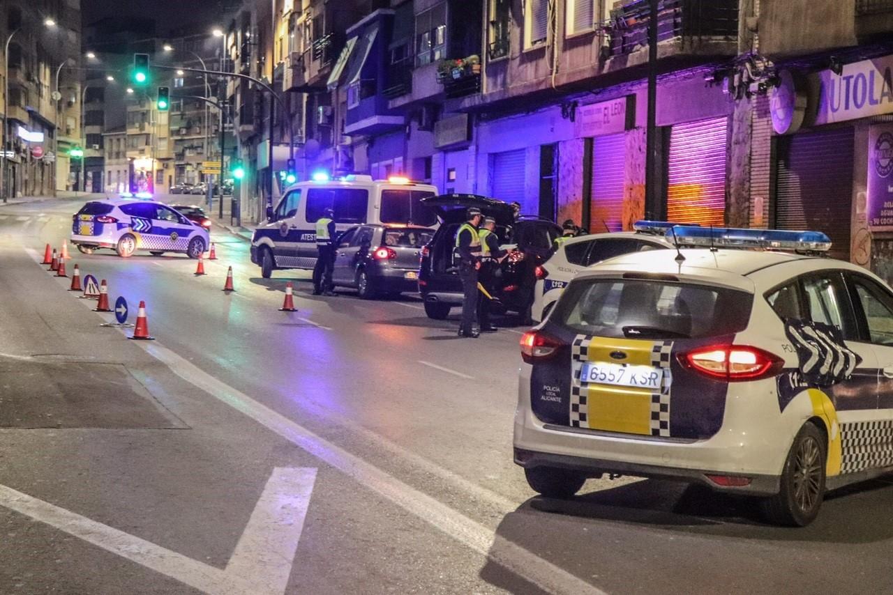 Coches de policia en un control de una calle de Alicante