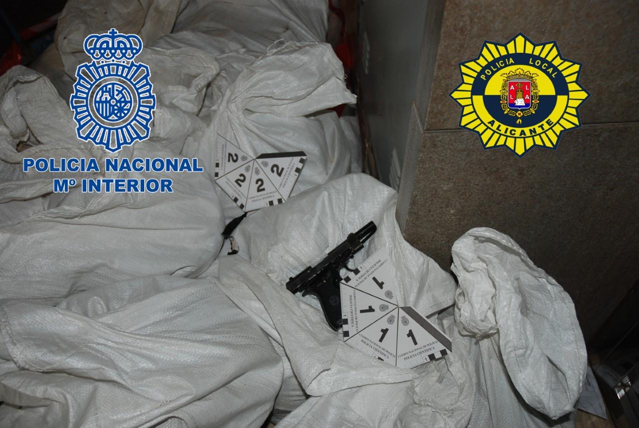 Imagen de una pistola encontrada en una cama