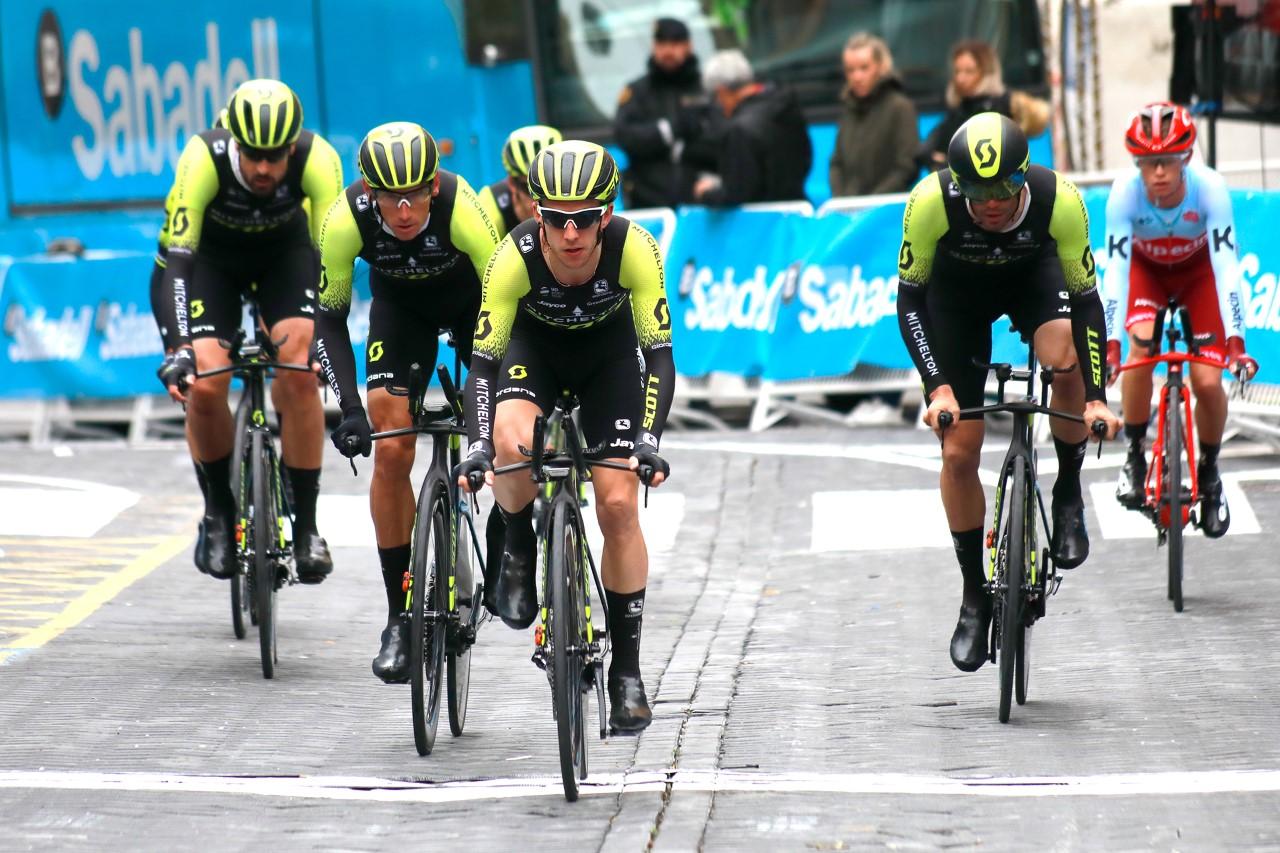 Ciclistas llegando a meta en la Volta Ciclista CV