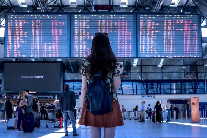 Mujer en un aeropuerto