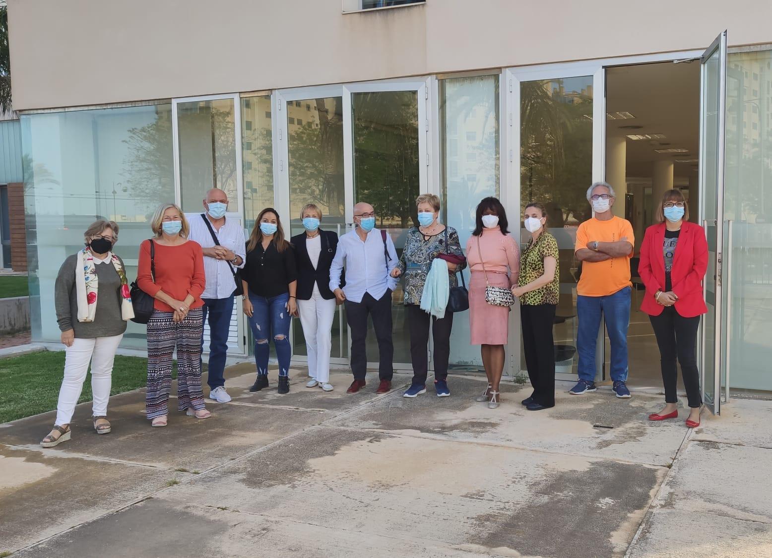 La edil Mercè Pairó y voluntariados del área social de El Campello
