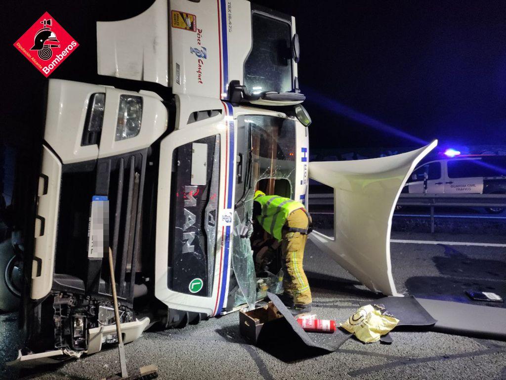 Camión frigorífico volcado en Crevillente