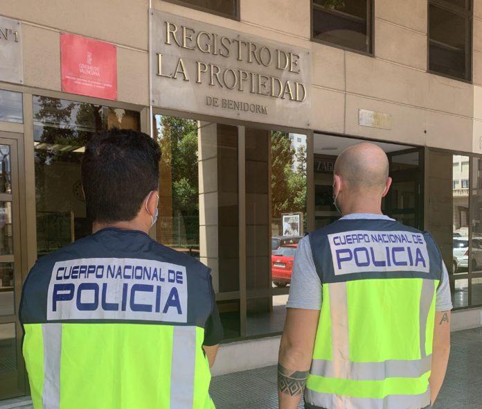 Policías frente al registro de la propiedad