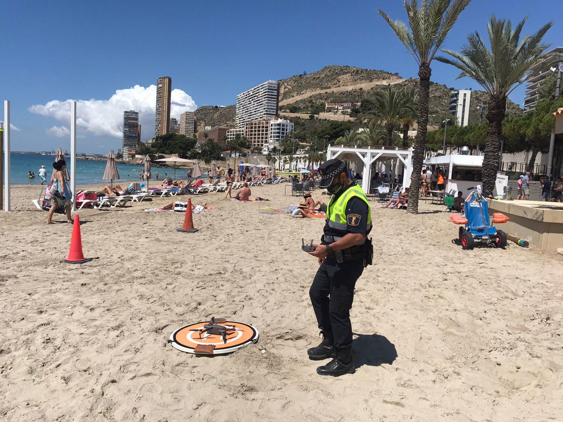 Control mascarilla y reserva de sitio con sombrillas en Playa Postiguet Alicante. Imágenes: Ayuntamiento