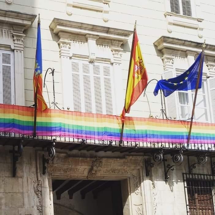 Ayuntamiento Orihuela con la bandera LGTBI