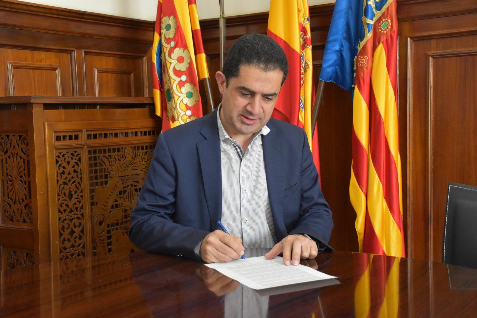 El portavoz socialista en la institución provincial, Toni Francés, firmando el manifiesto
